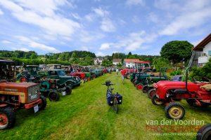 Über 120 Oldtimer Traktoren