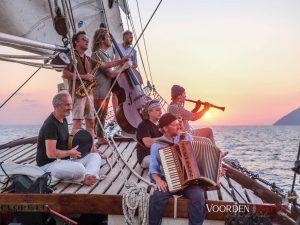 """Der Sonne entgegen: Auf ihrer """"Neuen Odyssee"""" segelten Quadro Nuevo zusammen mit vielen Freunden um die Äolischen Inseln herum"""